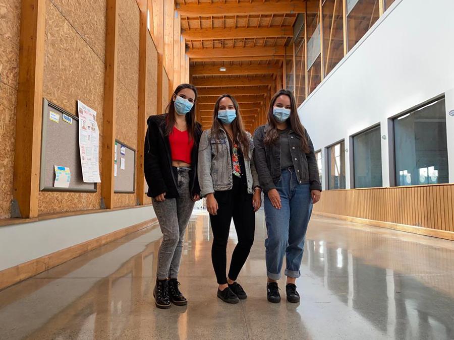 Al igual que Cynthia, Evelyn e Ingrid, estudiantes de diversas carreras de la Sede De la Patagonia colaboran en el nuevo Centro de Trazabilidad Regional de Los Lagos.